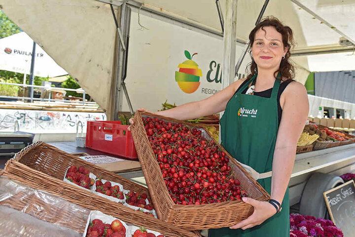 Süße Kirsche(n): Obsthändlerin Alicia Laniado (20) verkauft ihre Ware auf dem  Vorplatz.