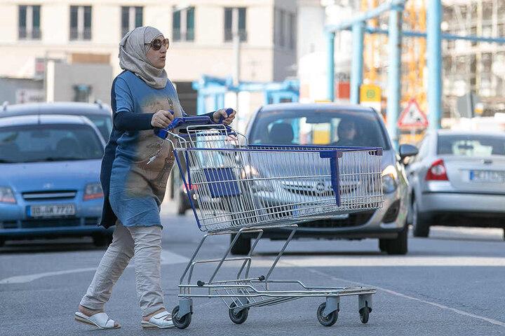 Viele Dresdner queren die Marienstraße, zum Beispiel um einkaufen zu gehen.