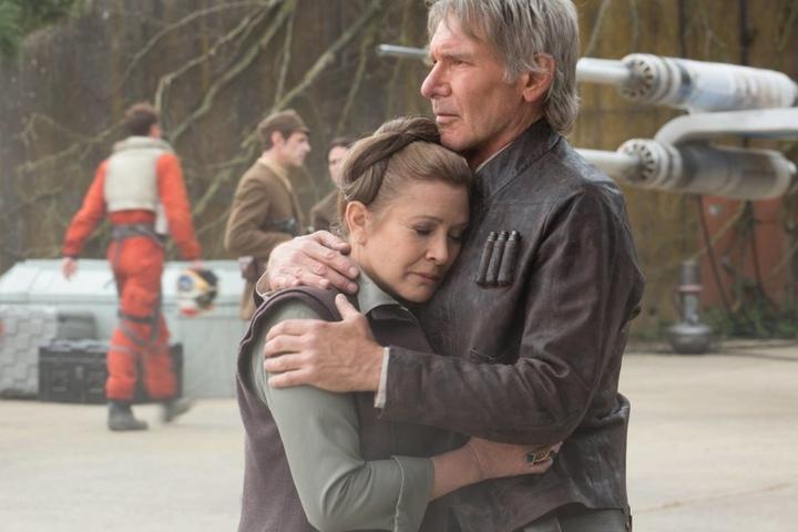 """2015 tauchte Fisher (li.) noch einmal als General Leia Organa an der Seite von Harrison Ford (Han Solo) in Star Wars: """"Das Erwachen der Macht"""" auf."""