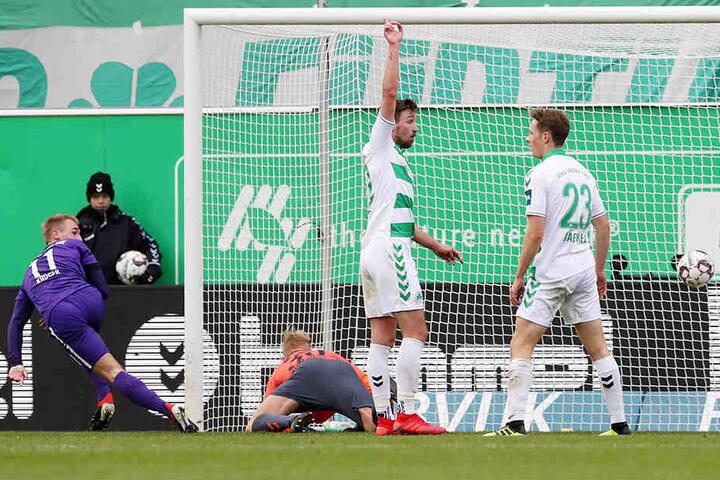 Ein Blick zum Linienrichter - alles okay. Und dann ab zum Jubeln: Florian Krüger hat soeben das 1:0 gegen Fürth geschossen.