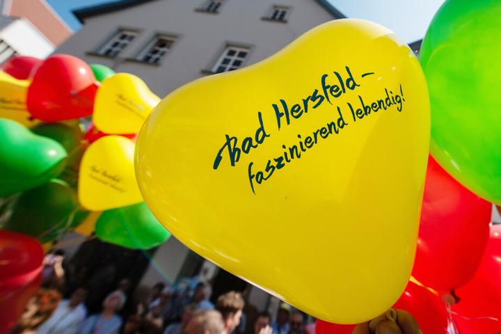 "Luftballons verkünden das diesjährige Motto: ""Bad Hersfeld - faszinierend lebendig."""