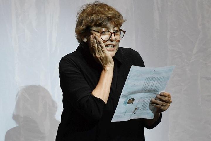 Katharina Thalbach nahm auf der Bühne des Berliner Ensembles ebenfalls Abschied von Peymann.