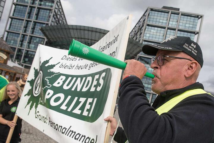 Die Polizisten demonstrierten gegen Personalmangel, denn die Beamten seien laut Gewerkschaft bereits an der Belastungsgrenze.