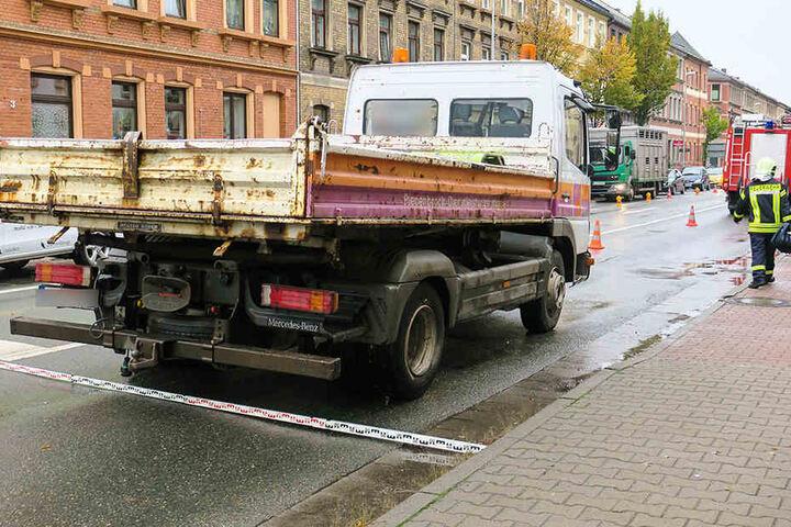Der LKW erfasste die Fußgängerin, als sie die Straße überqueren wollte.