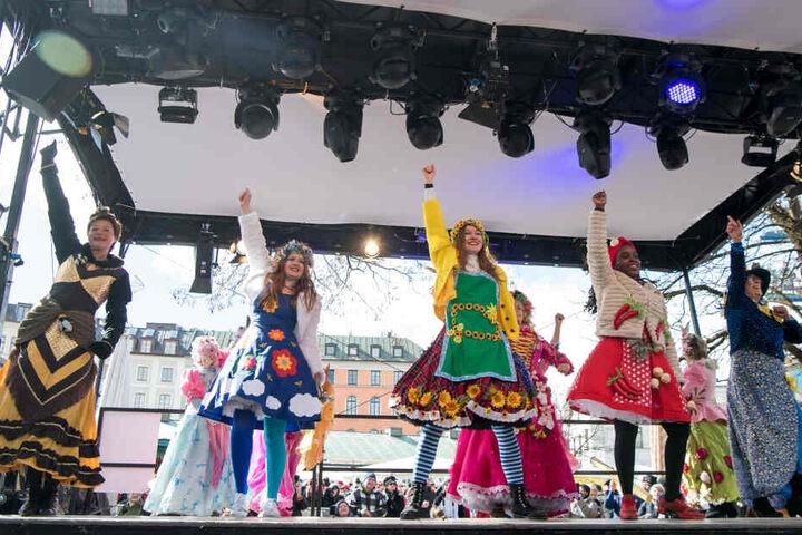 Die Damen der Stände am Viktualienmarkt geben ihre Tanzeinlagen zum Faschingsendspurt zum Besten.