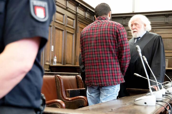 Arasch R. redet mit seinem Anwalt Wolf Dieter Reinhard (rechts).