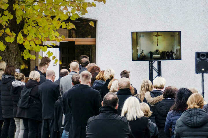 Zahlreiche Trauernde nahmen im vergangenen November von dem Getöteten Abschied. Die Trauerfeier wurde über einen Bildschirm auch nach außen übertragen.