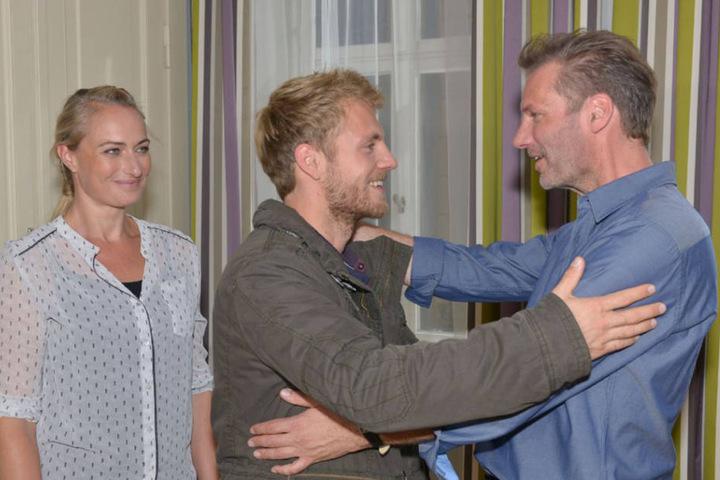 Als Paul Wiedmann (m.) besucht er seinen Patenonkel Alex in Berlin.