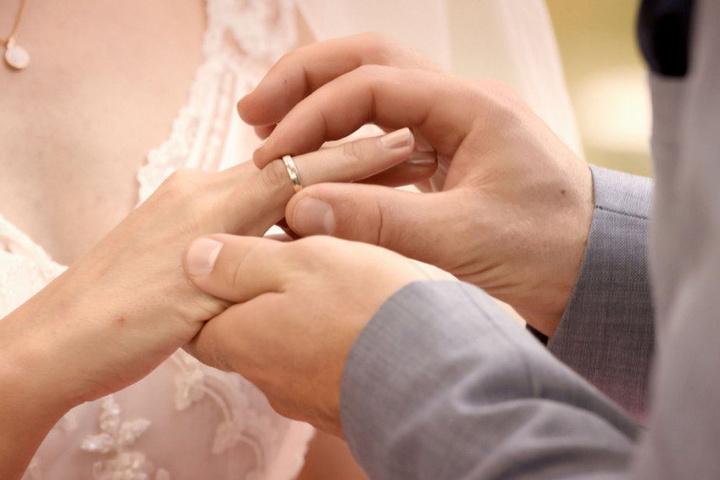 Der Moment auf den alle gewartet haben: Emily bekommt ihren Ehering.