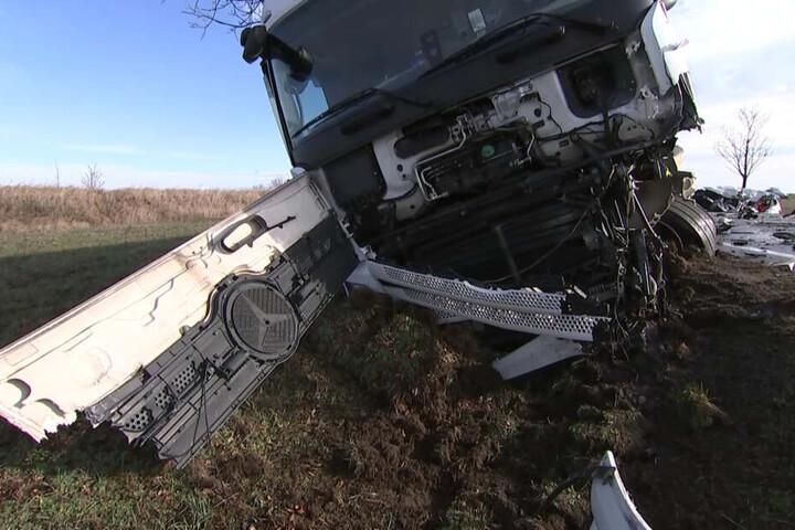 Sein Beifahrer sowie ein Lkw-Fahrer sollen schwer verletzt worden sein.