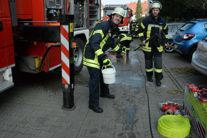 Gefrierendes Löschwasser wurde von den Feuerwehrleuten abgestreut.