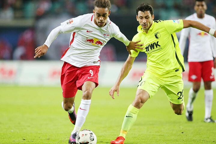 Yussuf Poulsen (RB Leipzig) gegenGojko Kacar (Augsburg)