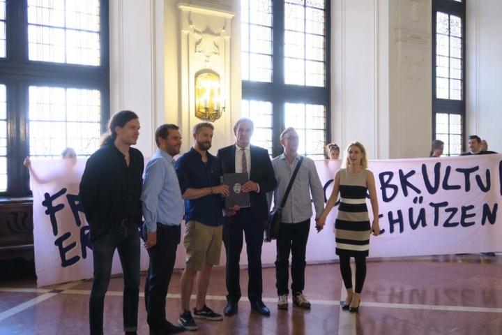Die IG LiveKommbinat hat am Mittwoch OB Burkhard Jung (3.v.r.) eine Petition zum Erhalt der Leipziger Clubkultur im Neuen Rathaus übergeben