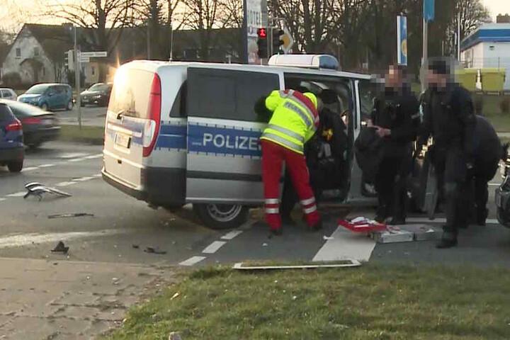 Der Polizist, der am Steuer des Wagens saß, wurde schwer verletzt.
