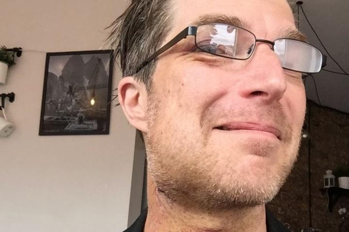 Die Wunde am Hals sieht schon wieder besser aus. Allerdings muss Clausy noch eine spezielle Brille tragen.