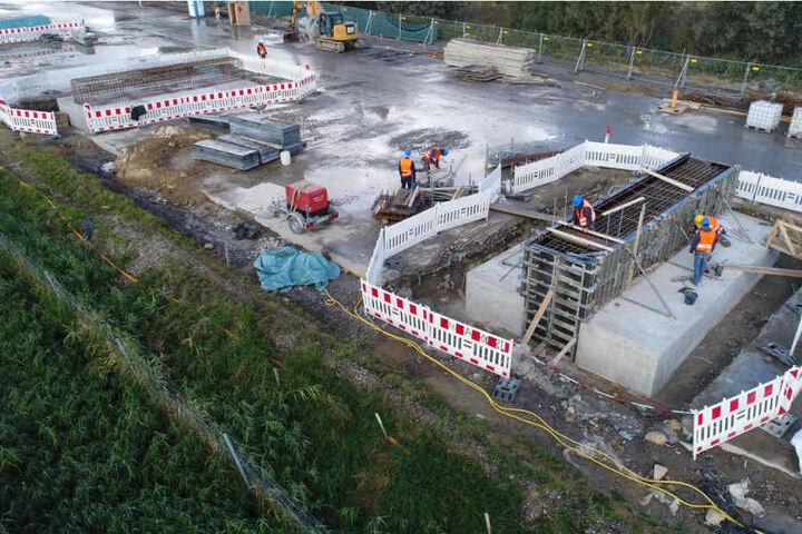 An der Großbaustelle der Autobahn 20 bei Tribsees sind die ersten Einzelteile der künftigen Behelfsbrücke angeliefert worden.