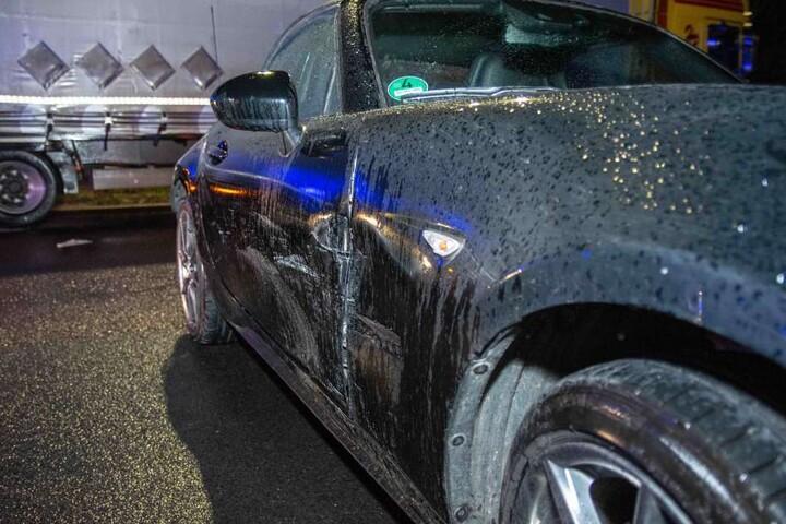 Ein Mazda hatte den VW zuvor gerammt, als er von der linken auf die rechte Spur wechselte.