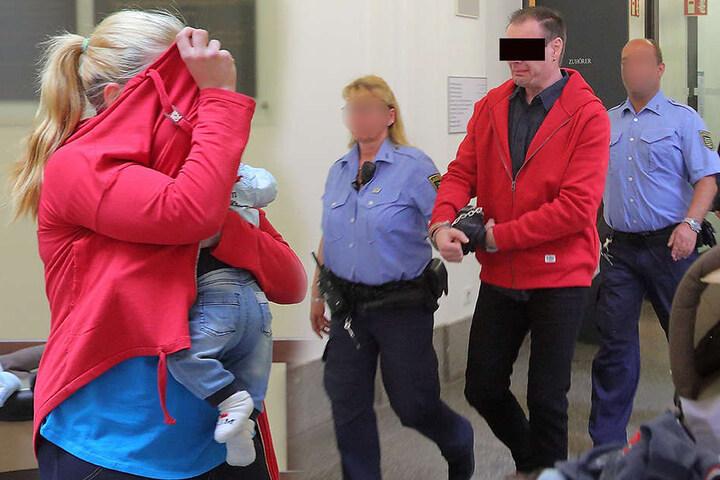 links: Lisa K. (19) kam mit ihrem Säugling ins Gericht. rechts: Lebensgefährte Rico M. (43) brach in Tränen aus, als er aus dem Haftkeller gebracht wurde. Er sah seinen Sohn im Gericht zum ersten Mal.
