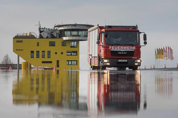 Für sichere Einsatzfahrten: Die Freiwilligen Feuerwehren üben gerade das Bremsen auf  nassem Asphalt.