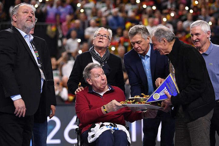 19.000 Fans haben dem früheren Handball-Weltmeister Joachim Deckarm in der Halbzeitpause des WM-Hauptrundenspiels Deutschland gegen Island zum 65. Geburtstag gratuliert.