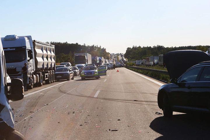 Kein schöner Anblick auf der A4. Nach mehreren Crashs geht in beide Richtung nichts mehr.