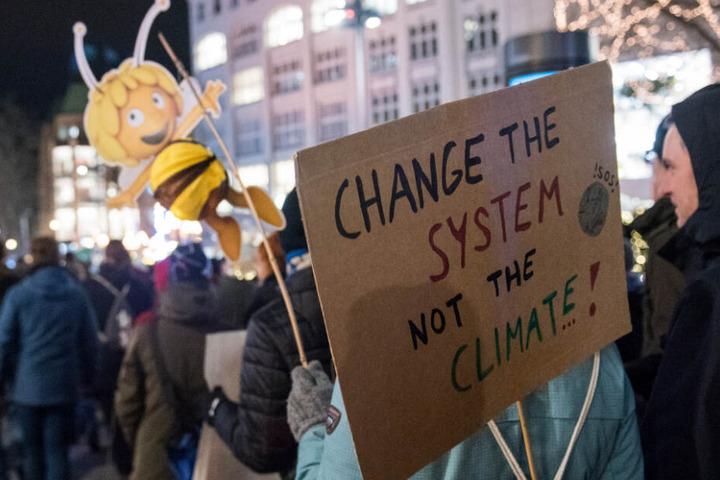Die Demonstranten fordern die Politik zu einem Wechsel in der Klima-Politik auf.