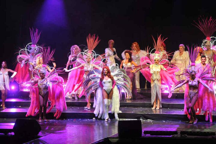"""Das Finale der Dresdner Show """"Glanzlichter"""" aus dem Jahr 2012. Die Outfits der Herren Damen muten gegenüber den Moulin-Rouge-Kostümchen nahezu züchtig an."""