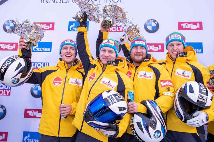 Friedrich mit seiner Crew nach dem Triumph im Vierer.