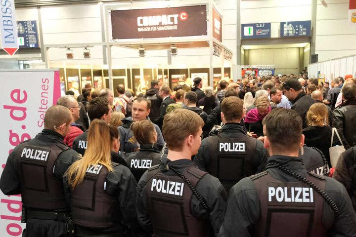 Die Polizei griff ein, beruhigte die Lage. Dabei führten die Einsatzkräfte drei Identitätsfeststellungen durch.