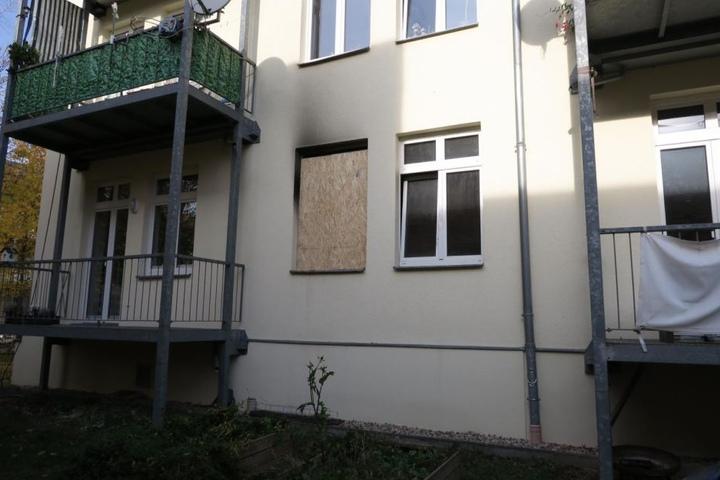 Das zersprungene Küchenfenster wurde mit einer Holzplatte notdürftig abgedichtet. Die Fenster in den Nebenräumen sind verrußt und teilweise durch die Hitze zerplatzt.
