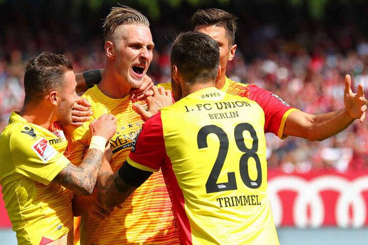 Sebastian Polter (2.von links) freut sich mit seinen Kollegen Marcel Hartel (von links nach rechts), Christopher Trimmel und Damir Kreilach über seinen Treffer zum 1:2 für Union.