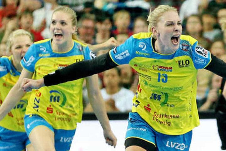 Luisa Schulze (l.), Anne Hubinger (m.) und Shenia Minevskaja (r.) bejubeln den Pokalsieg des HC Leipzig im Jahr 2016.