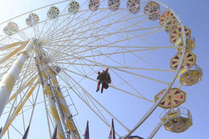 Abseilen aus 35 Metern: Die Höhenretter aus Plauen zeigten ihr ganzes Können auf dem Rummel.
