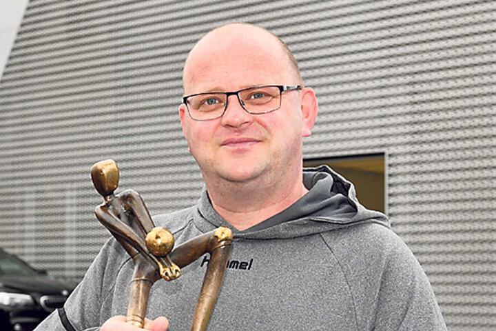 Bundesstützpunkttrainer  Jens Neudeck mit der DM-Trophäe.