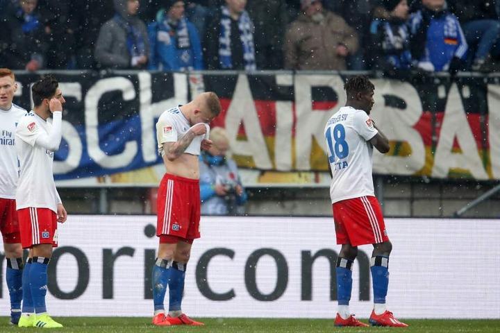 Nach Spielende ließen die HSV-Kicker die Köpfe hängen.