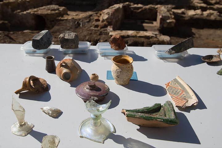 Zeugen längst vergangener Zeiten: Die Archäologen haben ihre Funde fein säuberlich auf einem Tisch abgelegt.
