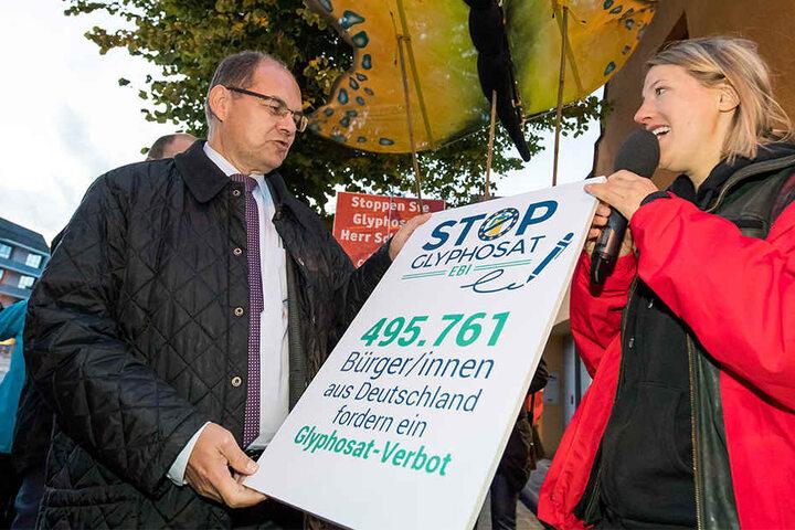 Bundesagrarminister Christian Schmidt (CSU) nahm bereits im September 2017 eine Unterschriften-Kampagne gegen den Einsatz von Glyphosat von Maria Lohbeck vom Kampagnennetzwerk Campact entgegen.