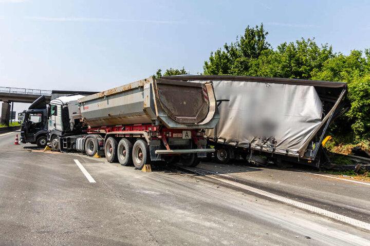 Beide Lastwagen wurden durch den Unfall in Mitleidenschaft gezogen.