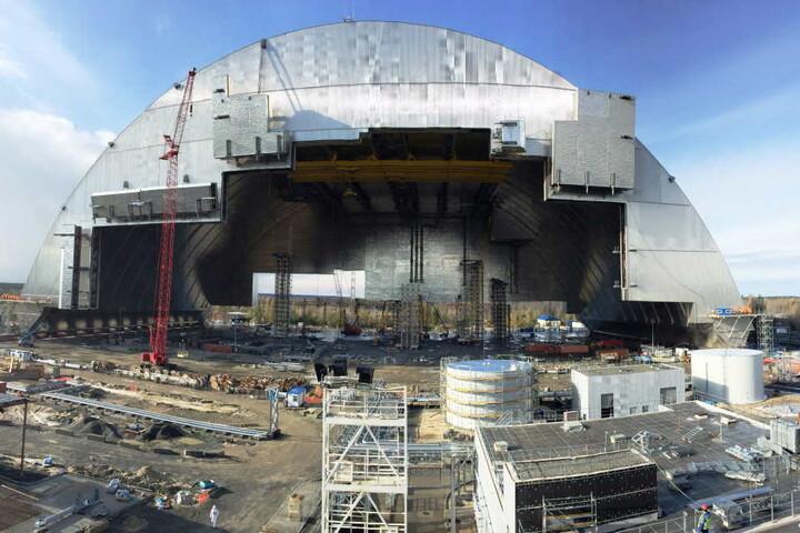 Das ist die neue Schutzhülle für die Atomruine Tschernobyl.