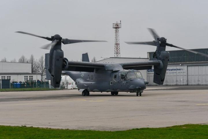 Rotoren an und schon hob die US-Militärmaschine der Airforce wieder ab - allerdings zurück nach England, nicht wie geplant nach Polen.