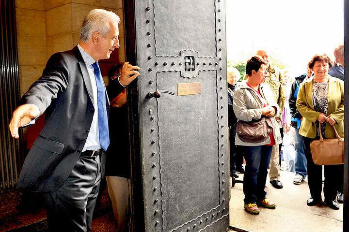 """""""Herzlich willkommen!"""" MP Stanislaw Tillich (58) begrüßt Besucher zum  """"Gläsernen Regierungsviertel""""."""