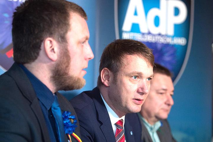 Auf einer Pressekonferenz spricht André Poggenburg (M), Vorsitzender der Partei Aufbruch deutscher Patrioten (AdP), neben dem stellvertretenden Vorsitzenden Egbert Ermer (r.) und dem Vorstandsmitglied Benjamin Joseph Przybylla (l.).