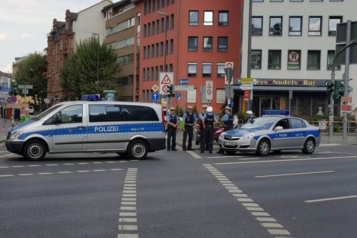 Die Polizei durchkämmt das Sperrgebiet.
