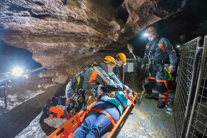 Die Retter mussten in 16 Meter Tiefe, um die vermeintlich umgekippte Frau zu retten.