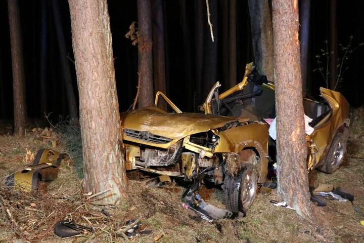 Das völlig demolierte Unfall-Auto.
