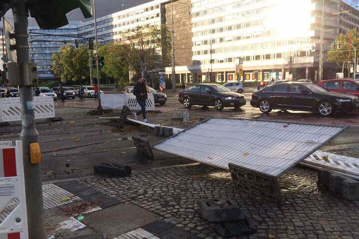 """In Chemnitz beruhigt sich """"Xavier"""" seit 19 Uhr. Zum Beispiel in der Straße der Nationen hat er Schilder und Baustellenabsperrungen umgerissen."""
