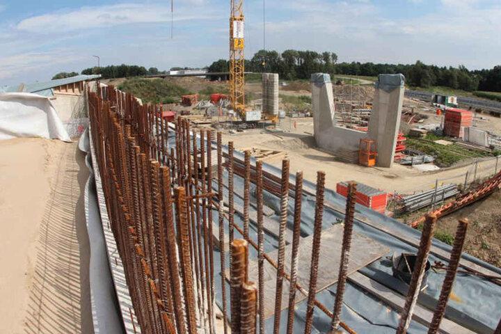 Von der westlichen Brücke stehen bereits ein Widerlager und der Mittelpfeiler.