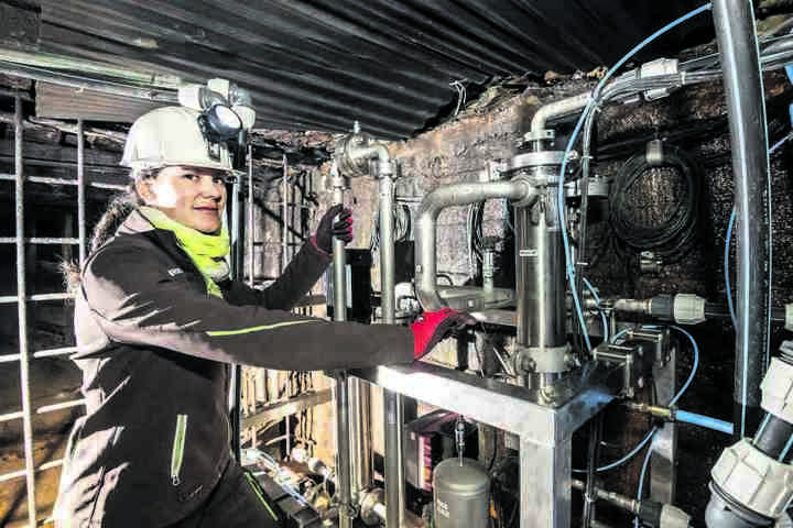 Katja Götze (33), wissenschaftliche Mitarbeiterin am Institut für Thermische Verfahrenstechnik, Umwelt- und Naturstoffverfahren, kümmert sich mit Kollegen um den Betrieb der Membrananlage.
