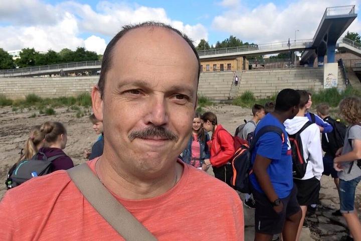 Peter Sydow zusammen mit seiner Schulklasse auf dem ausgetrockneten Flussbett der Elbe.