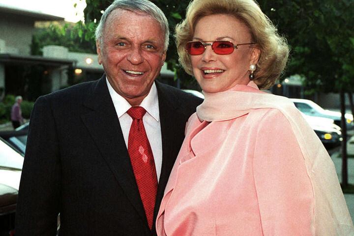 Sie war Sinatras vierte Ehefrau. Der Sänger starb 1998.